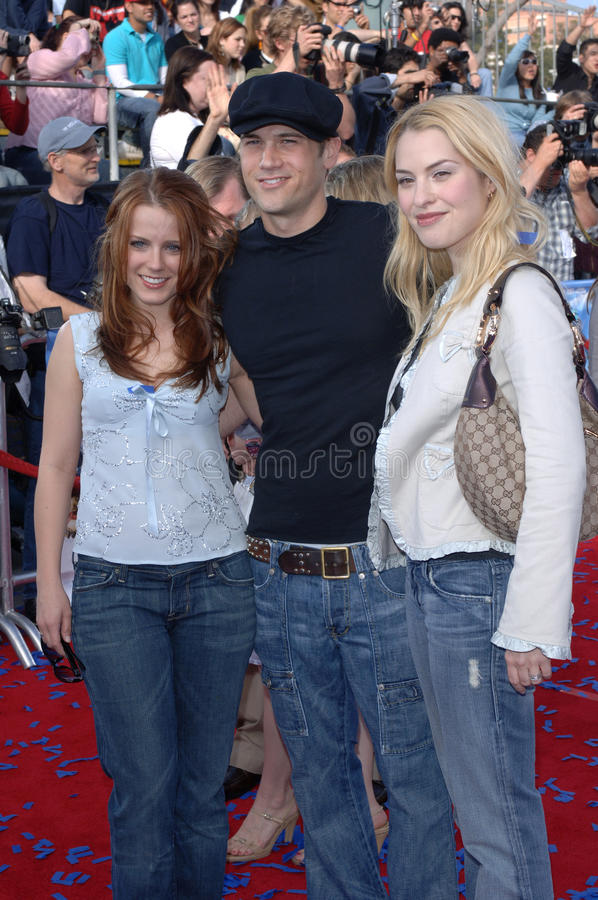 Allison Munn,Nick Zano. Actor NICK ZANO with actresses ALLISON MUNN (left) & LESLIE ERIN GROSSMAN at the world premiere premiere of Robots. March 6, 2005; Los stock photography
