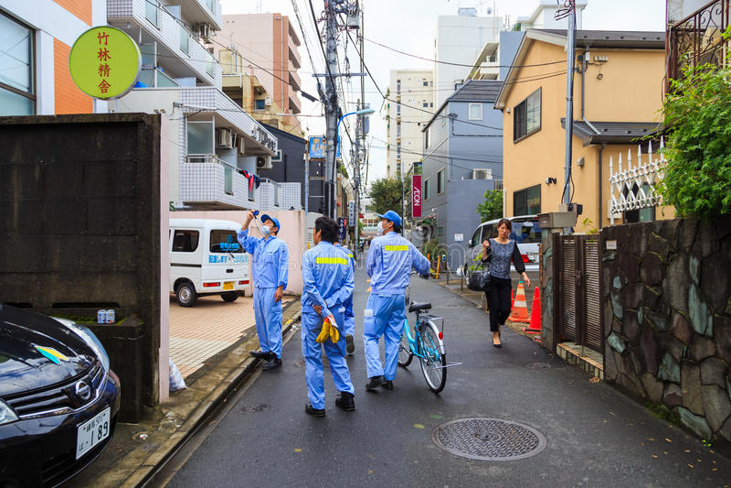 Allmän hälsatjänstemannen gör rekordet av befolkning av galanden och fåglar på byggnad i staden av Tokyo arkivfoto