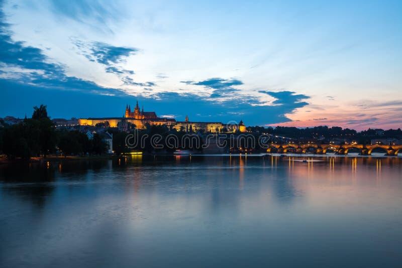 Allmän nattsikt av Charles Bridge och slottområdet i Prag royaltyfri fotografi