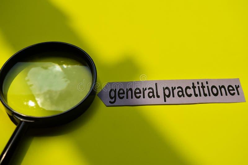 Allmän praktiker för Closeup med stetoskopbegreppsinspiration på gul bakgrund royaltyfria foton