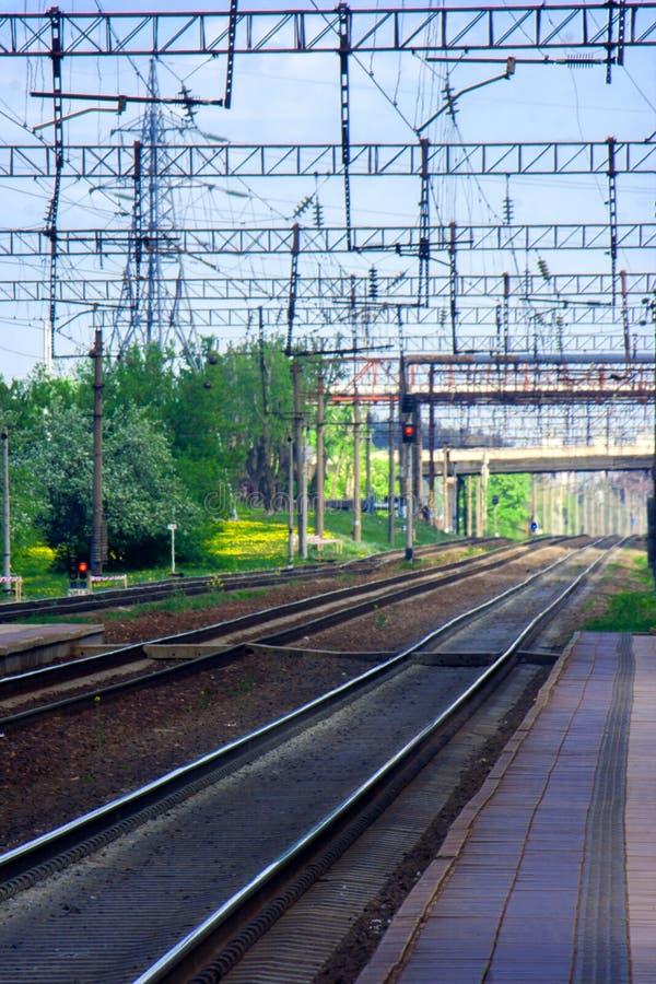 Allmän sikt av de tomma järnvägspåren och vägbron över dem royaltyfri fotografi