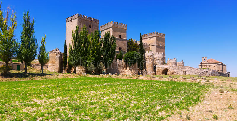 Allmän sikt av den medeltida slotten av Ampudia fotografering för bildbyråer