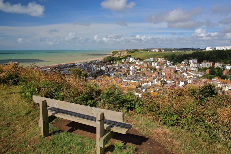 Allmän sikt av Hastings den gamla staden från den östliga kullen med en träbänk i förgrunden, Hastings, UK arkivfoto