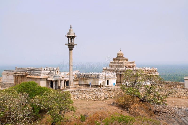 Allmän sikt av komplexet för Chandragiri kulletempel, Sravanabelgola, Karnataka Från vänstert - Parshvanatha Basadi, Shasana Basa arkivbilder