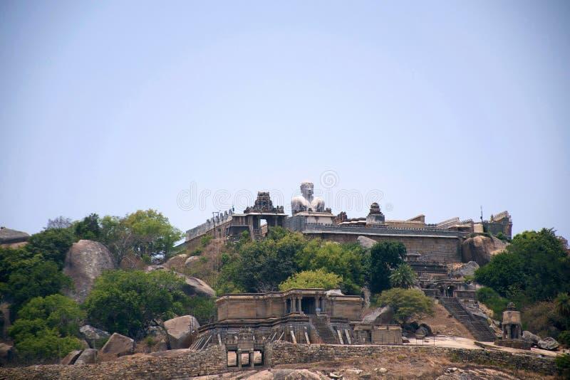 Allmän sikt av komplexet för Vindhyagiri kulletempel, Sravanabelgola, Karnataka Sikt från den Chandragiri kullen Den Odegal basad royaltyfri foto