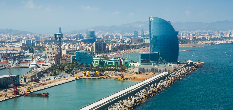 Allmän sikt på sjösida och berömt hotell W i Barcelona fotografering för bildbyråer