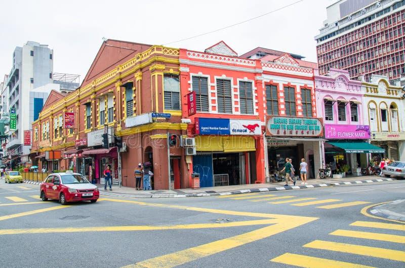 Allmän trafiksikt av Kuala Lumpur den närliggande Petaling gatan i Malaysia Det trängde ihop vanligt med lokaler såväl som turist royaltyfri bild