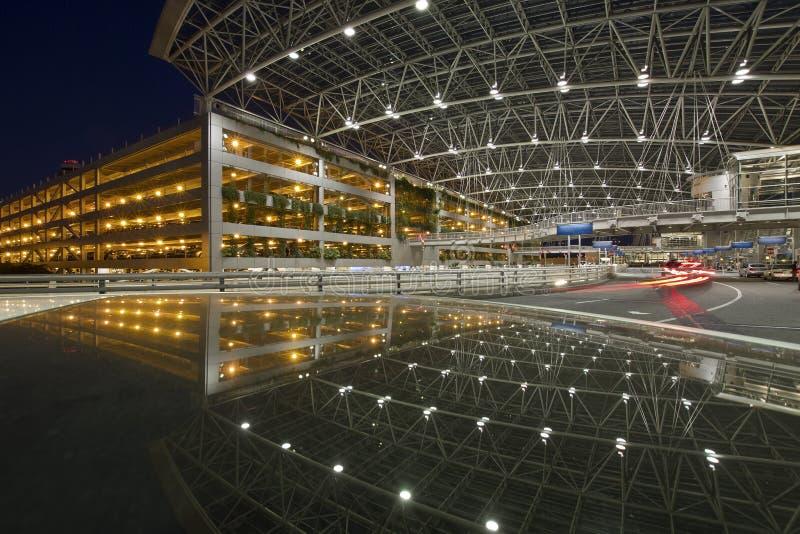 allmänhet för räknad parkering för 3 flygplats till walkwayen royaltyfri foto
