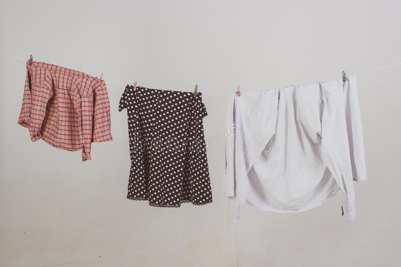 Allmänt eller vanligt rent upp kläder torkar på rep hushållning dagliga arbetsuppgifter Kommersiellt rengörande företagsbegrepp arkivbilder