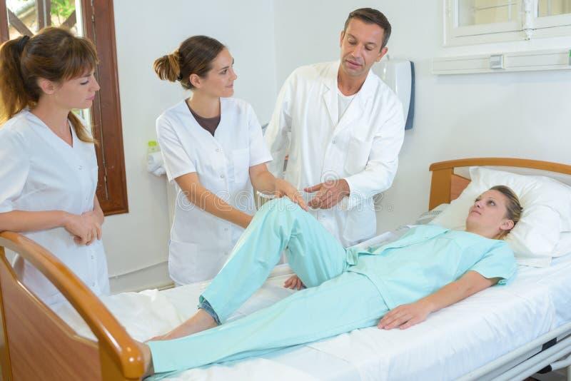 Allmäntjänstgörande läkare observera en terapeut royaltyfri bild