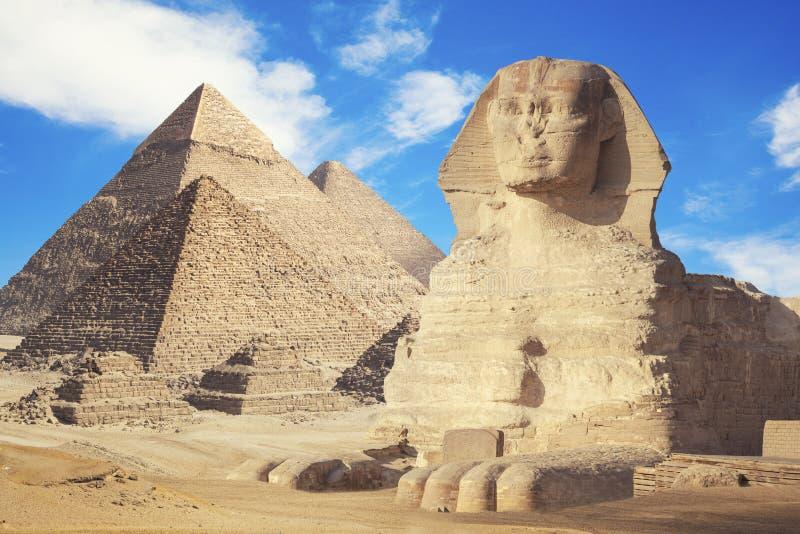 Allm?n sikt av pyramider med sfinxen royaltyfri fotografi