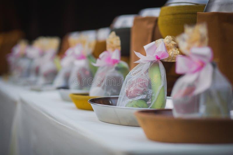 Allmosa för ` s för buddistisk munk bowlar med mat i Thailand arkivfoto