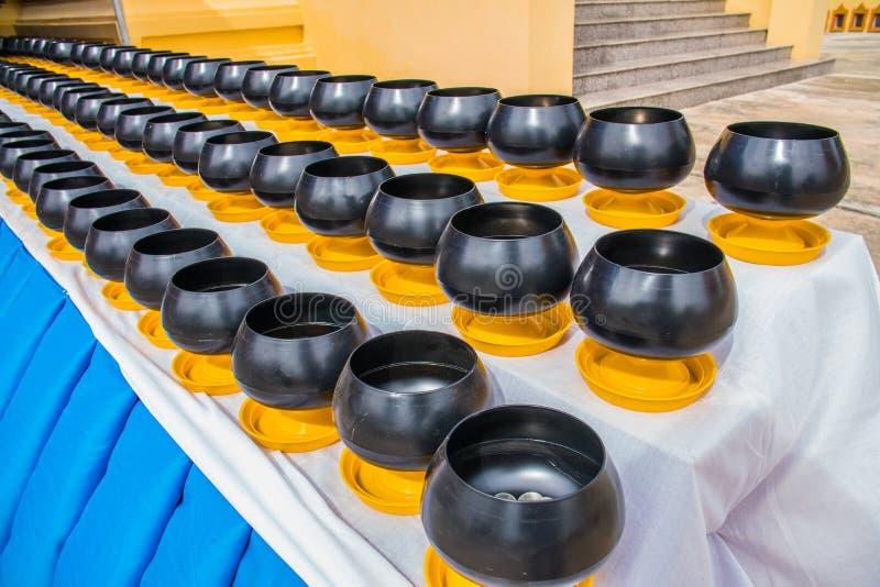 Allmosa för ` s för buddistisk munk bowlar för gör en merit royaltyfria foton