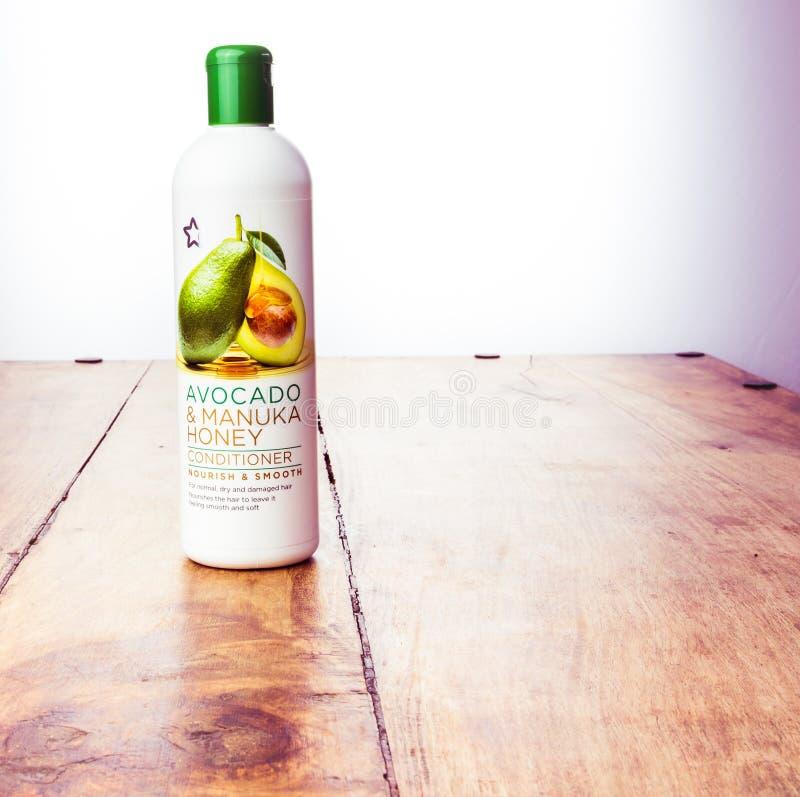 Alloa,苏格兰- 2019年7月17日:护发素-鲕梨和manuka蜂蜜头发治疗-妇女的美容品 图库摄影