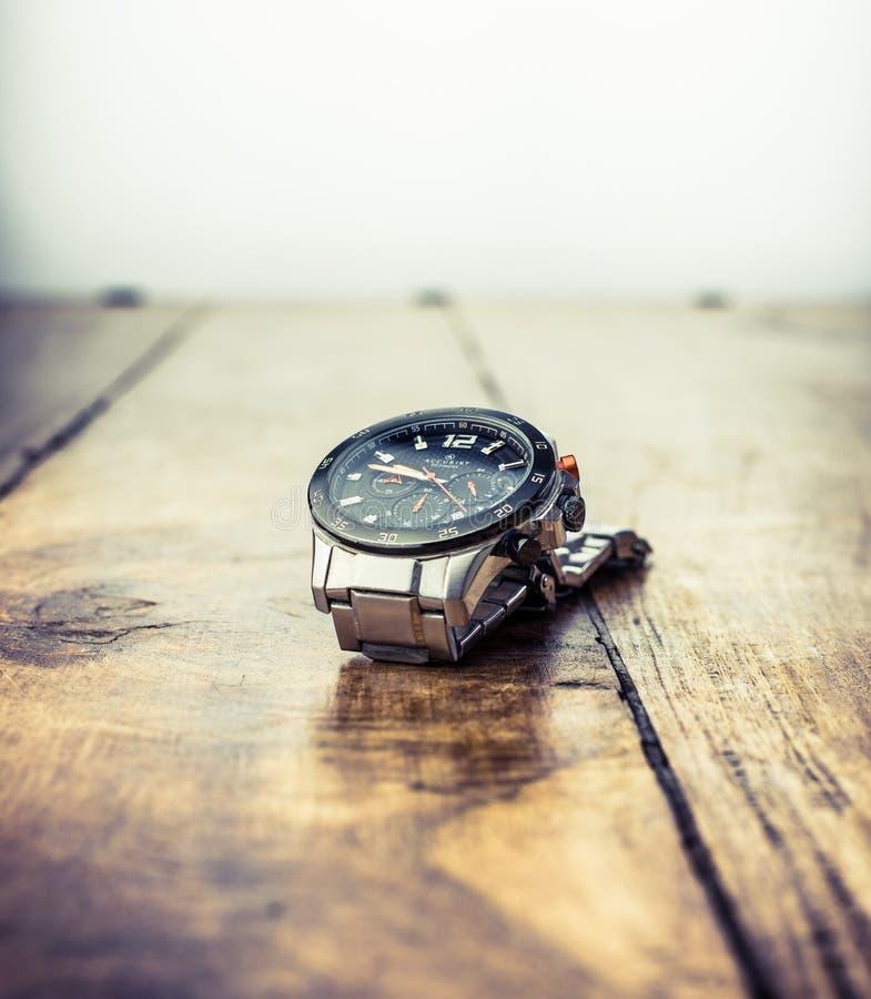 Alloa, Escocia - 17 de julio de 2019 - reloj resistente elegante de agua para los hombres foto de archivo