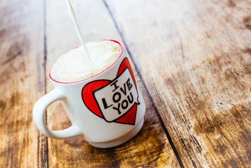 Alloa Skottland - 17 Juli 2019: Nytt morgonkaffe, latte royaltyfri bild