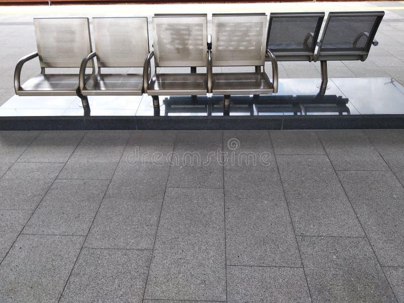 Allocation des places équipée à l'arrêt d'autobus, gares ferroviaires anti-vandale, chaises de fer pour le transport de attente photo stock