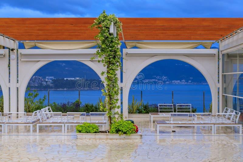 Allocation des places extérieure dans un restaurant dans Budva avec la vue de la vieille ville et de la Mer Adriatique dans Monté images libres de droits