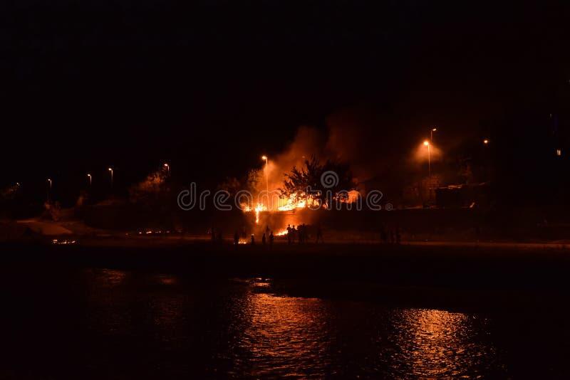 Alloggi il fuoco con la distruzione completa e totale durante la notte fotografie stock libere da diritti