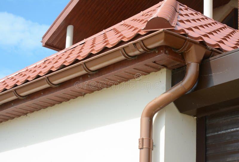 Alloggi il tetto del metallo della soffitta con gli intradossi, le fasce, il tetto che guttering, tubo della grondaia dell'incana immagini stock libere da diritti