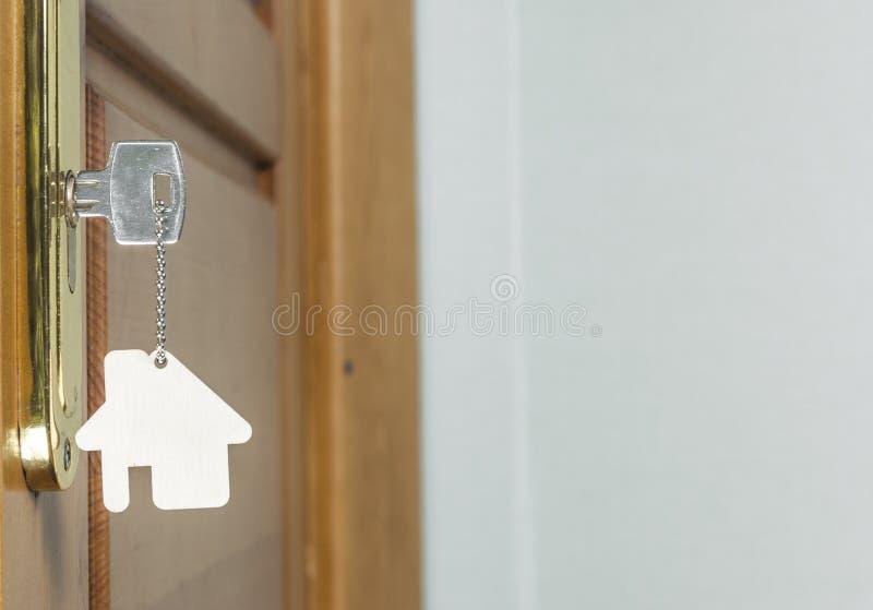 Alloggi la chiave con il pendente d'argento del cromo con forma domestica fotografia stock
