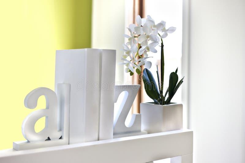 Alloggi la decorazione interna facendo uso delle lettere 3d e della pianta di fioritura immagine stock libera da diritti