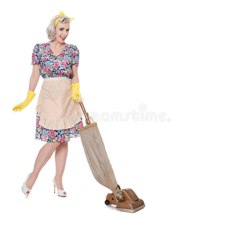 Alloggi la retro casalinga fiera, con l'aspirapolvere d'annata, isolato su bianco, fotografia stock libera da diritti