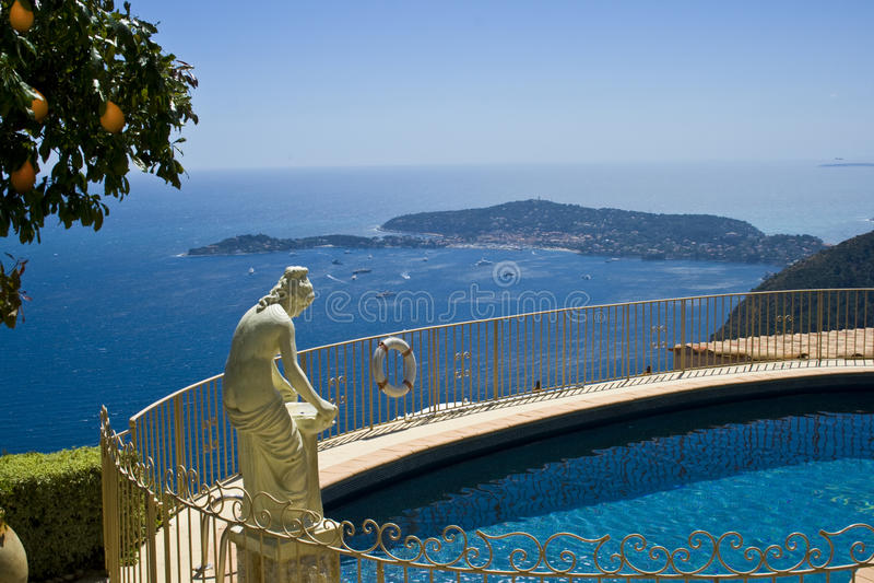 Alloggi la villa con la statua sopra la vista del raggruppamento immagine stock