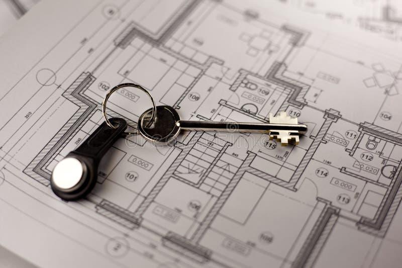 Alloggi le chiavi sulla carta di modello - proprietà e concetto del bene immobile immagine stock libera da diritti