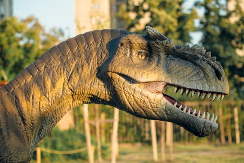 Allosaurus στο πάρκο του Νόβι Σαντ Dino στοκ εικόνες