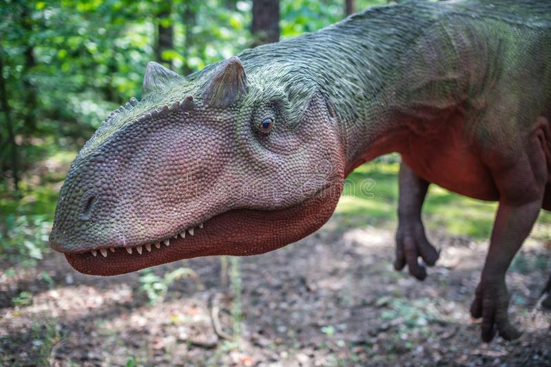 Allosaurusdinosauriestaty royaltyfri fotografi