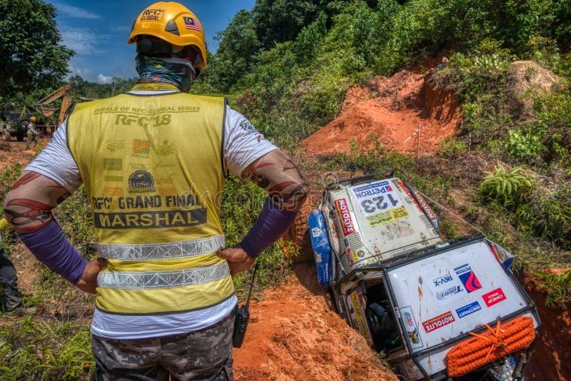 Allradfahrzeug, das in der Regenwald-Herausforderung konkurriert lizenzfreies stockbild