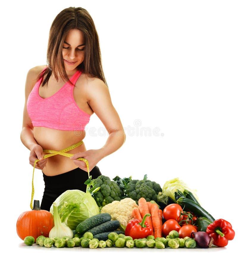 Allsidig kost som baseras på rå organiska grönsaker och frukter royaltyfri fotografi