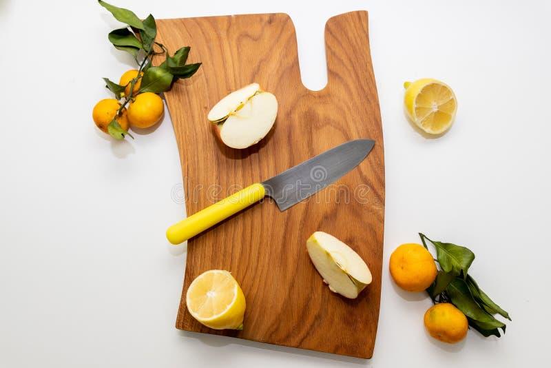 Allsidig kost - sund mat p? tr?br?de Detoxtid saftig citrus Naturligt organiskt vitamin f?rgrik efterr?tt perfekt arkivfoto