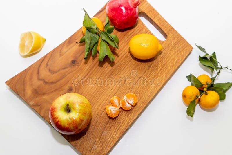 Allsidig kost - sund mat p? tr?br?de Detoxtid saftig citrus Naturligt organiskt vitamin f?rgrik efterr?tt perfekt fotografering för bildbyråer
