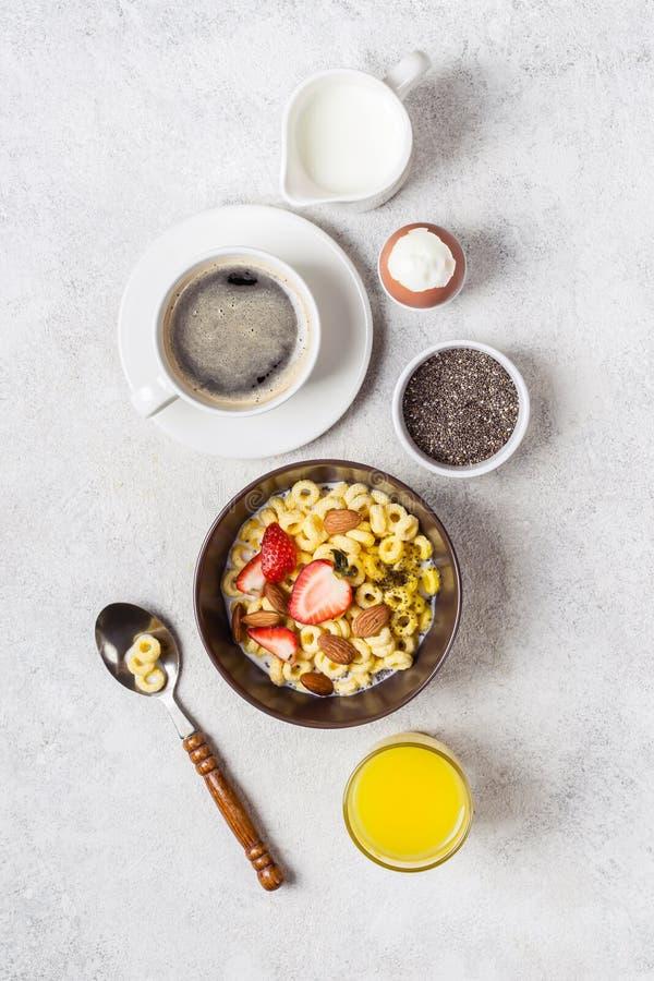 Allsidig traditionell frukost och ingredienser Helt korn ringer cheerios, kaffe, orange fruktsaft och ?gget arkivfoto