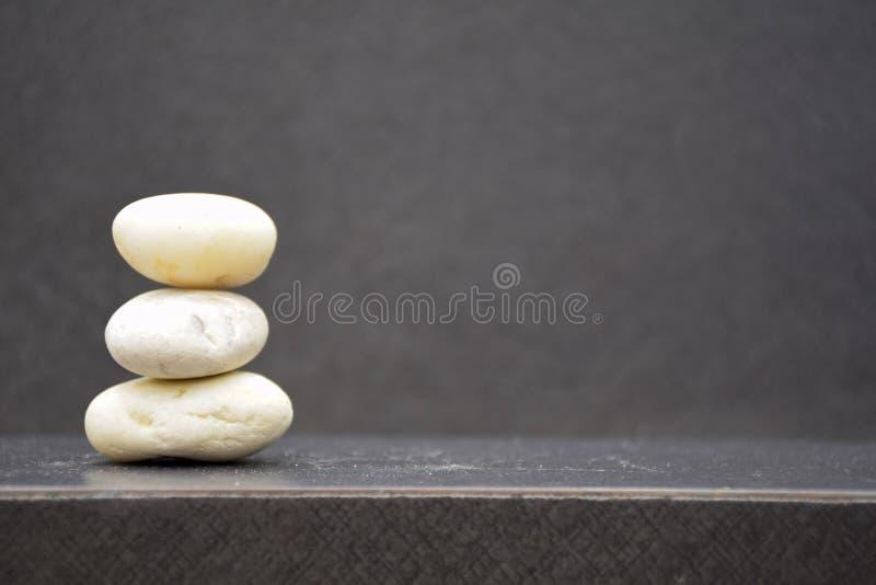 Allsidiga stenar på tabellen med bakgrund för fritt utrymme och suddighets fotografering för bildbyråer