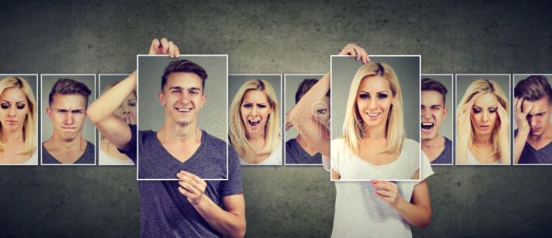 Allsidigt förhållandebegrepp Maskerad ung kvinna och man som uttrycker olika sinnesrörelser royaltyfri bild