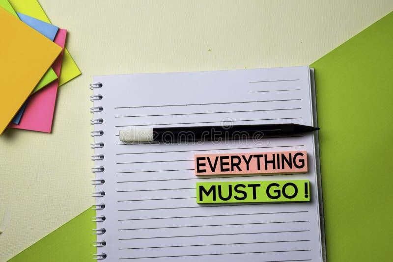 Allt måste gå! för siktskontor för text överst tabell för skrivbord av affärsarbetsplatsen och affärsobjekt royaltyfria foton