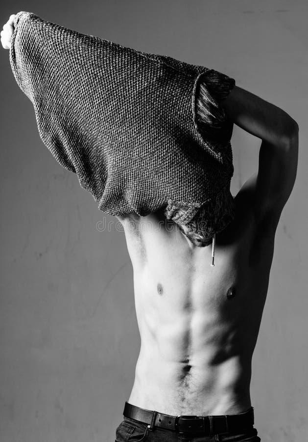 Alltid i bra form Manlig modesk?nhet Sex packe av den sexiga mannen med den kala torson Idrottsman nenman, h?romsorg muskul?st royaltyfri fotografi