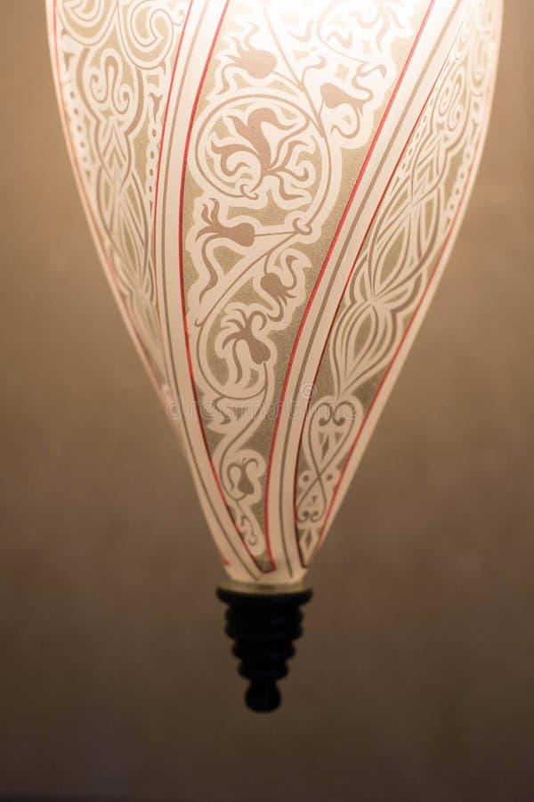 Allumée lampe de cône avec les ornements orientaux image stock