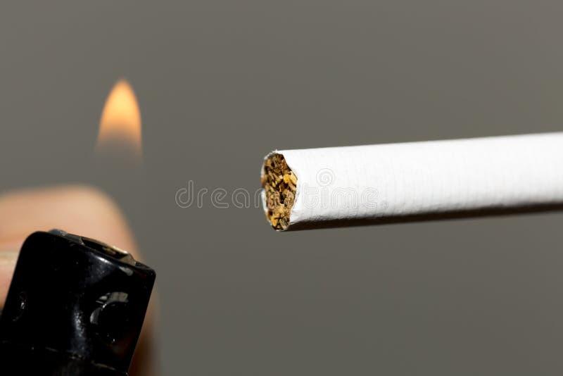 Allumage d'une cigarette photo stock