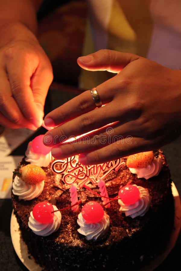 Allumant le gâteau lumineux images libres de droits