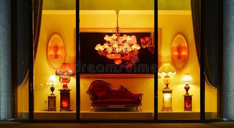 Allumant le lustre de marbre de luxe de fenêtre de boutique, la lampe de table, bougeoir de mur, chauffent le temps léger et roma photographie stock