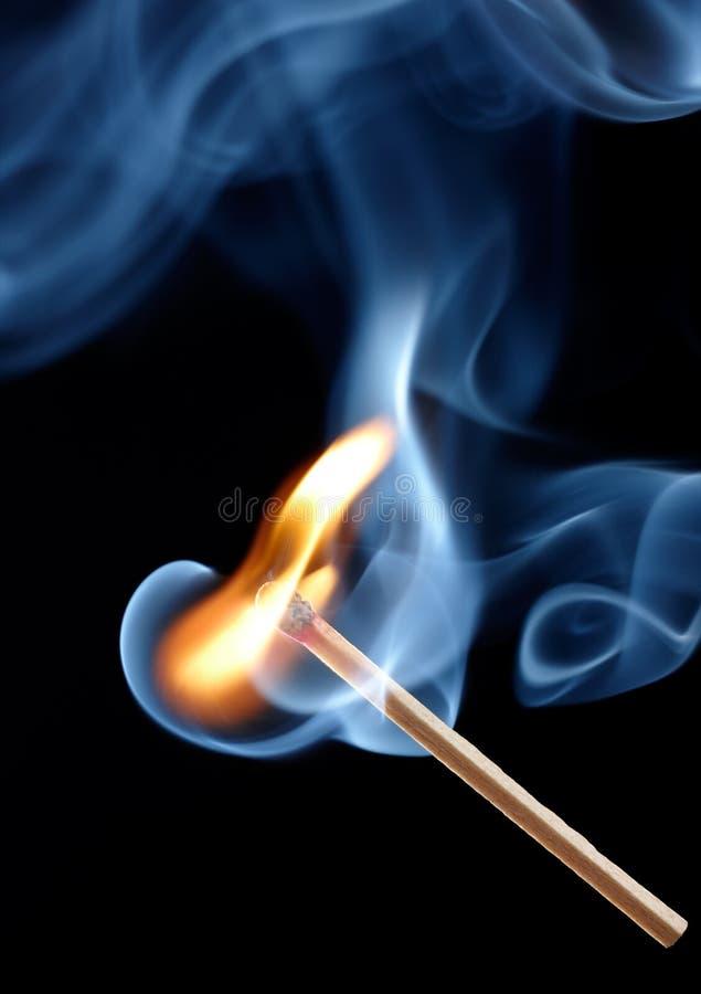Allumette brûlante avec de la fumée photographie stock