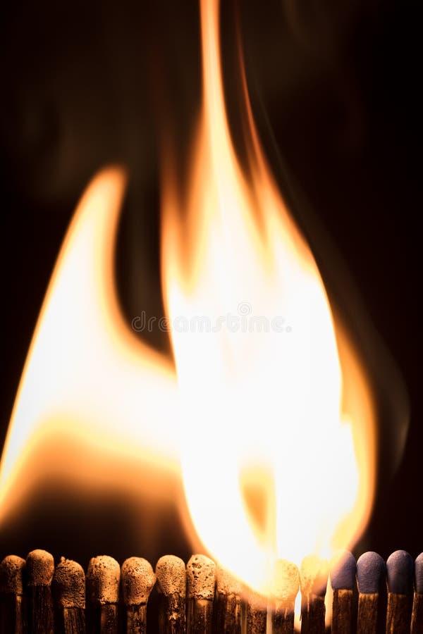 Allumettes avec le fond, les flammes et le feu noirs photographie stock libre de droits