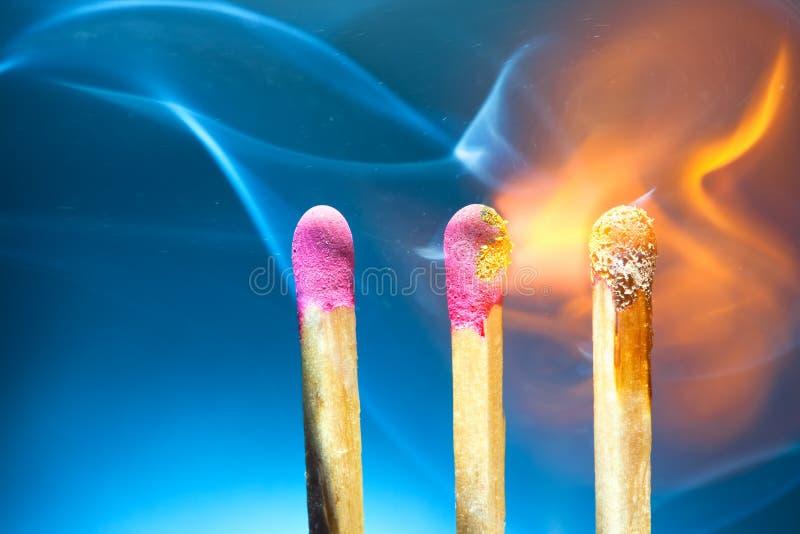 Allumettes brûlantes image libre de droits