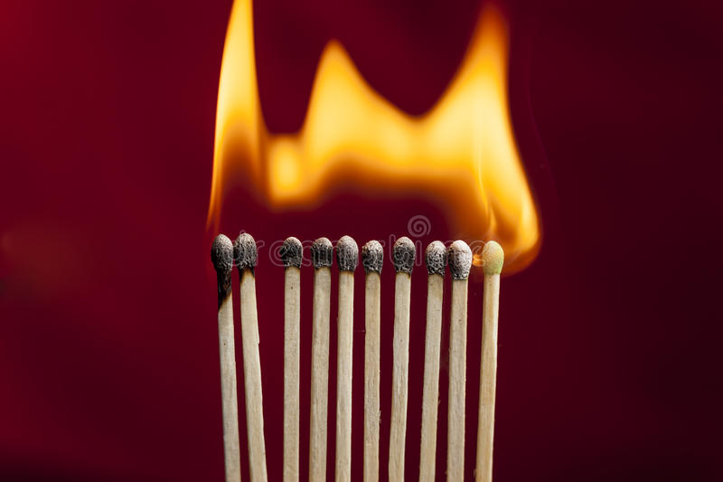 Allumettes sur le feu photos stock