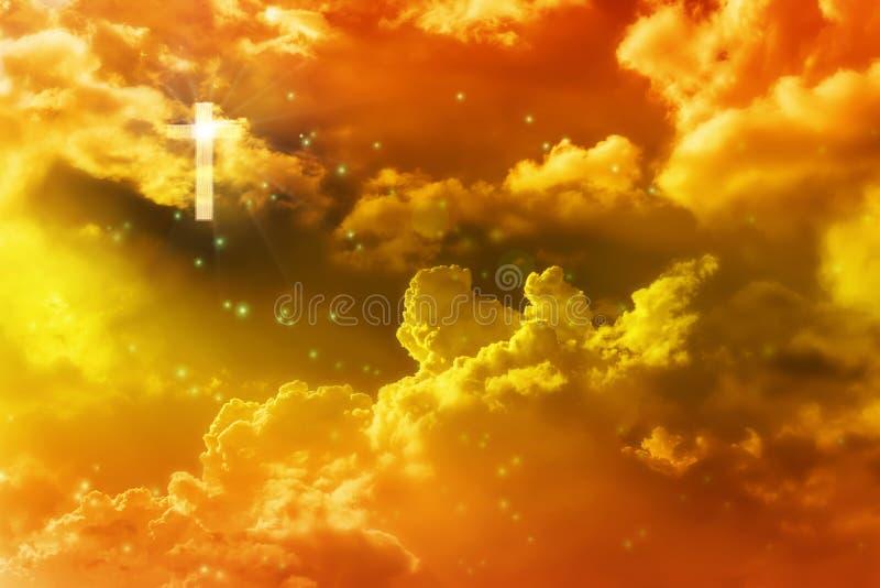 Allumez du crucifix ou de la croix en ciel rêveur d'or de ciel images stock