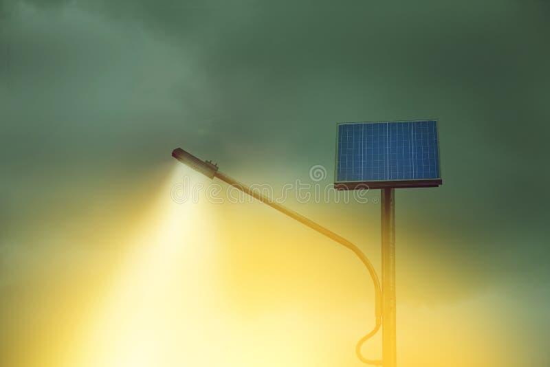 Allumez du poteau de réverbère avec le panneau photovoltaïque images libres de droits